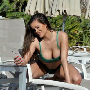 Rhianne Saxby Wet Bikini And Great Cleavage Photos