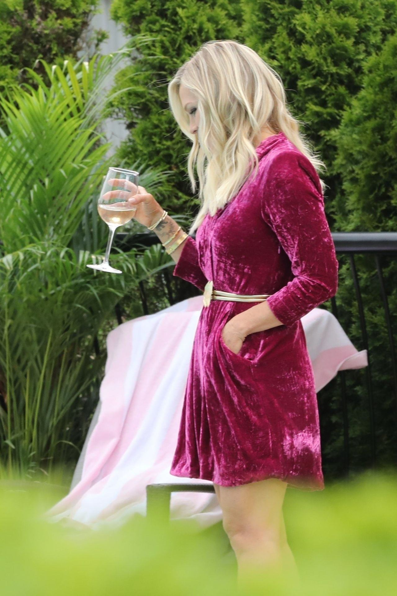 Tori Spelling And Jennie Garth Shows Off Great Cleavage